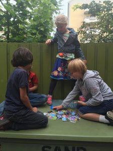 Elever spiller kort. Privat barneskole i Oslo. Demokratisk barneskole i Oslo. Skole for nysgjerrighet, lærelyst og livsglede.