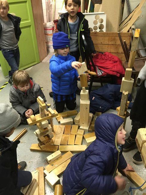 Byggeklosser. Elever leker med klosser. Privat barneskole i Oslo. Demokratisk barneskole i Oslo. Skole for nysgjerrighet, lærelyst og livsglede.