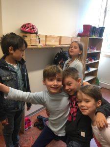 Elever i garderoben. Privat barneskole i Oslo. Demokratisk barneskole i Oslo. Skole for nysgjerrighet, lærelyst og livsglede.