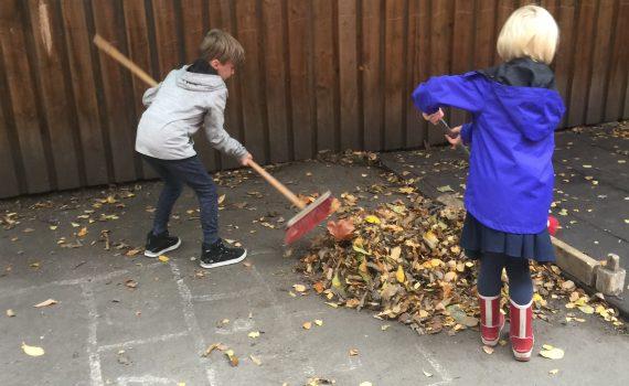 Elever i skolegården. Privat barneskole i Oslo. Demokratisk barneskole i Oslo. Skole for nysgjerrighet, lærelyst og livsglede.
